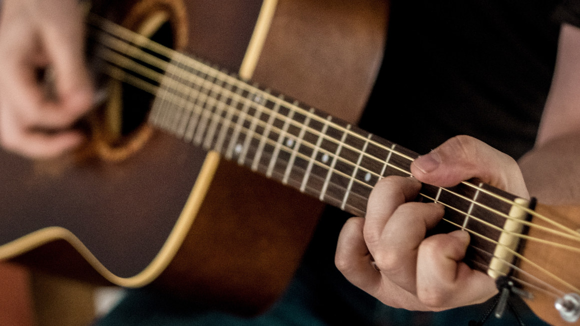Fretting Hand Position When Playing The Guitar